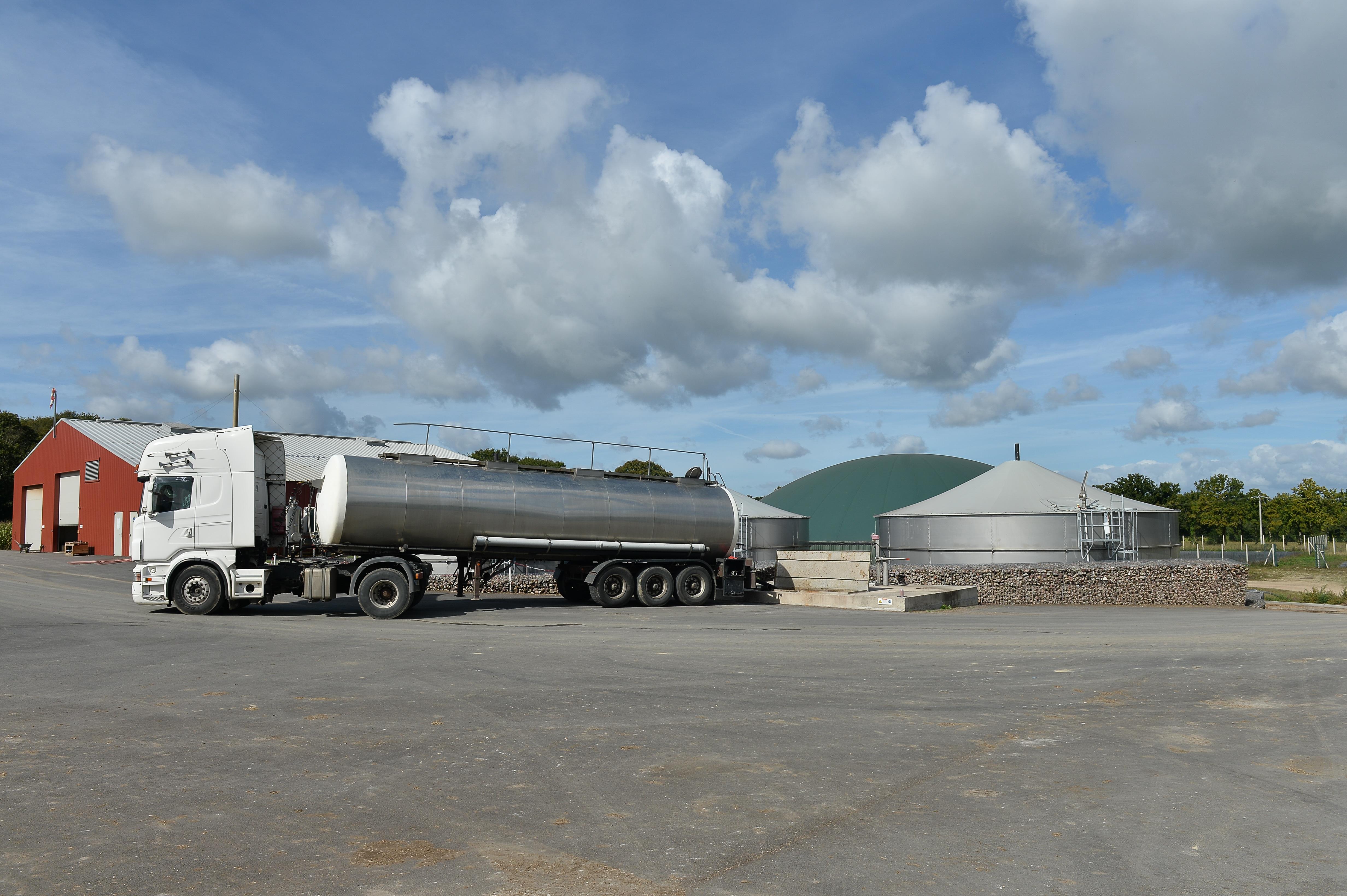 camion au départ d'une station de méthanisation et méthaniseur